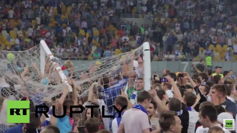 Ukraine: Dynamo Kiew Fans zerstören Spielfeld nach Sieg gegen Schachtar Donezk