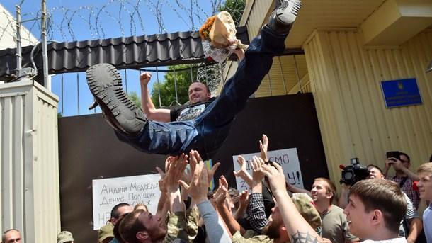 Ukraine: Mörder des oppositionellen Journalisten Busina vorläufig freigelassen - Rechter Sektor feiert sie als Helden