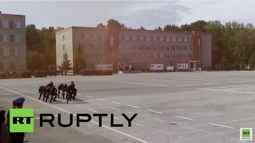 """Russland: Mosambikanische Kadetten der russischen Armee performen traditionellen """"Krieger Tanz"""""""
