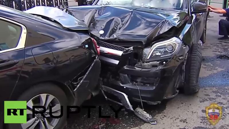 Filmreife Verfolgungsjagd mit Schüssen und Highspeed durch das Zentrum von Moskau