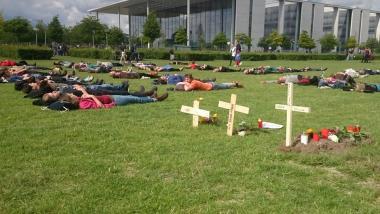 Nach getarner Arbeit: Demonstranten ruhen sich vor symbolischen Gräbern auf der Reichstagswiese aus. Foto: Ben Frieden