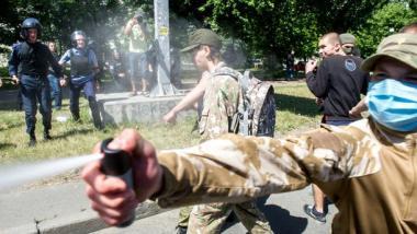 Vermummte Vertreter des Rechten Sektors greifen Teilnehmer der Gay Pride Parade an - Quelle: Ruptly