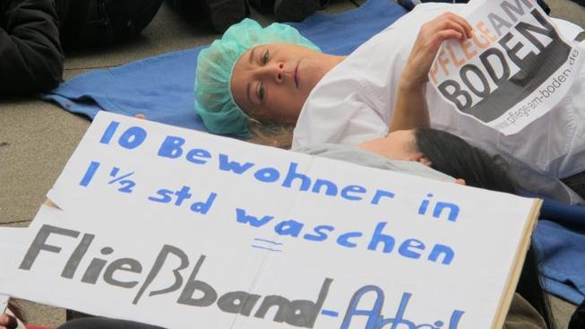 Die Initiative Pflege am Boden protestiert öffentlichkeitswirksam gegen den Pflegenotstand. Foto: Helmut Fischer, verdi.de