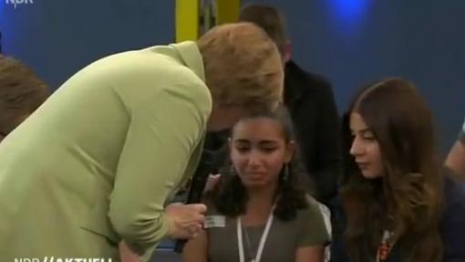Einmal streicheln vor der Abschiebung? Angela Merkel trifft auf weinendes Flüchtlingsmädchen