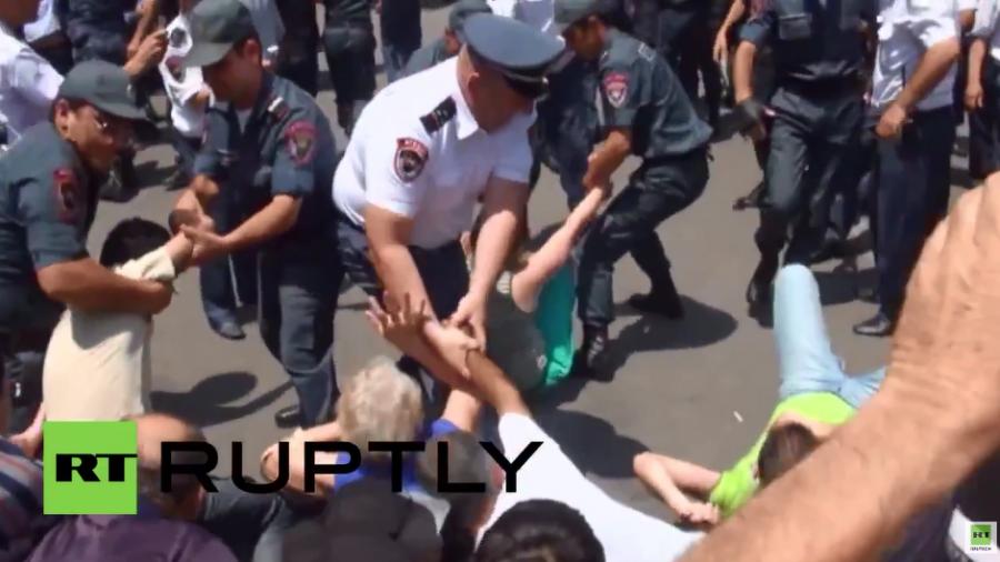 Armenien: Polizei löst Proteste und Barrikaden in Jerewan auf