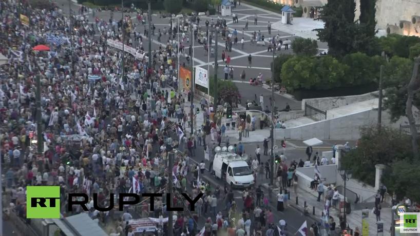 """Live: Demonstration in Athen gegen EU-Austritätspolitik auf dem Syntagma-Platz nach """"Deal"""" zum Rettungspaket"""