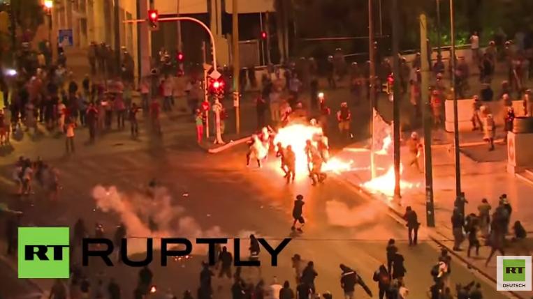 Videoausschnitt der Molotow-Attacke auf Polizeikräfte in Athen
