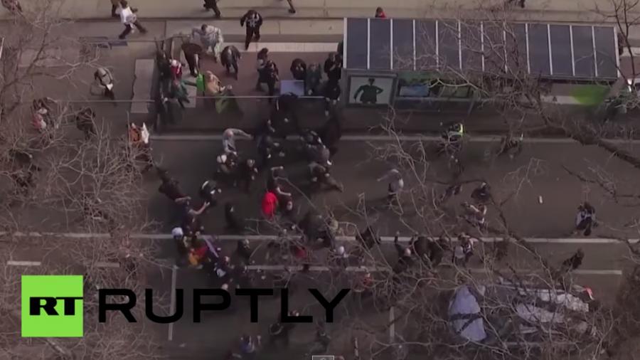 Demonstrationen treffen aufeinander - Prügelei zwischen Islam-Feinden und Rassismus-Gegnern