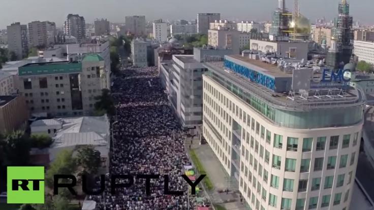 Ende des Ramadan: Drohnenaufnahme zeigt zehntausende Muslime beim Eid al Fitr in Moskau