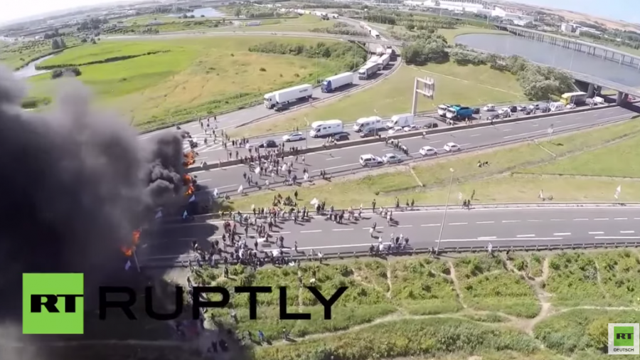 Erneut Chaos am Eurotunnel – Französische Fährarbeiter blockieren Weiterfahrt mit Feuer-Barrikade
