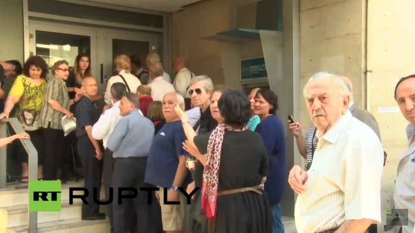 Griechen stehen vor Banken und Geldautomaten Schlange nach Ankündigung des Referendums