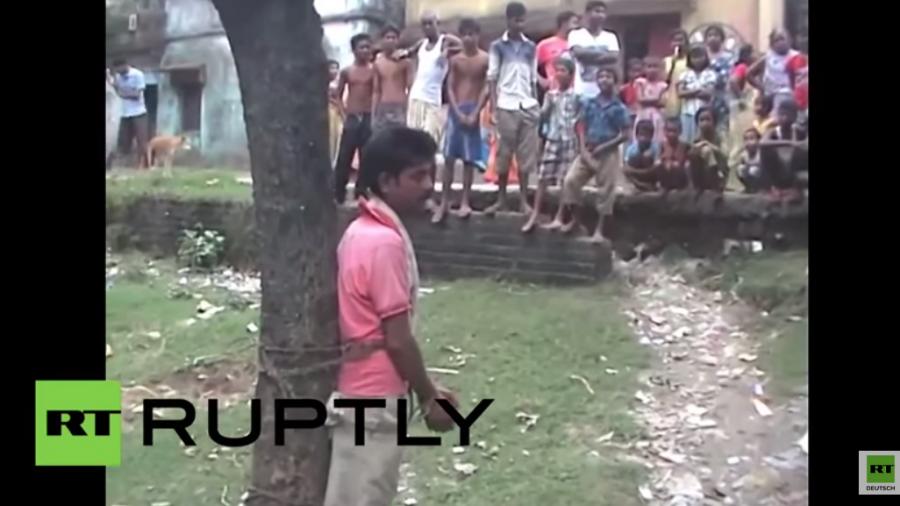 Indien: Mutmaßlicher sexueller Straftäter an Baum gebunden und zum Verprügeln freigegeben