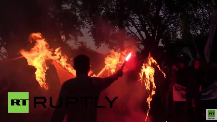 London: Protest und brennende IS-Flaggen nach Bombenanschlag in der Türkei