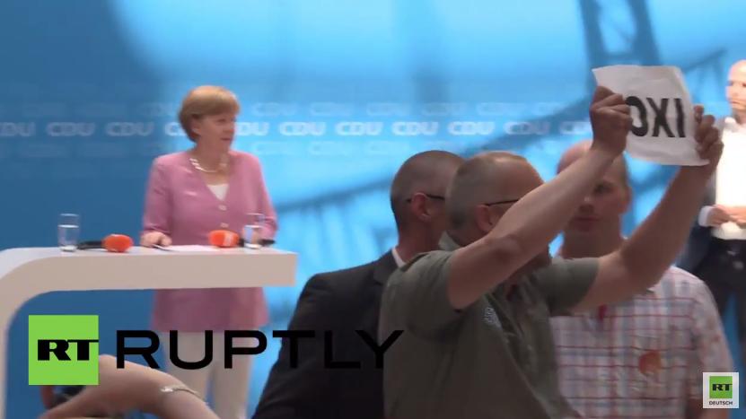 """""""Oxi"""" überall - Griechenland-Versteher unterbrechen Merkels Auftritt"""