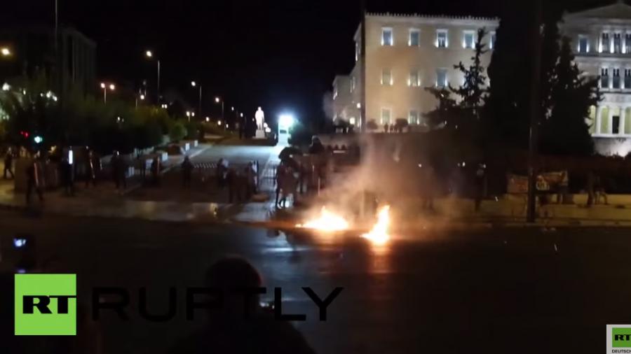 Athen: Demonstranten werfen Molotow-Cocktails auf Bereitschaftspolizei vor dem Parlament