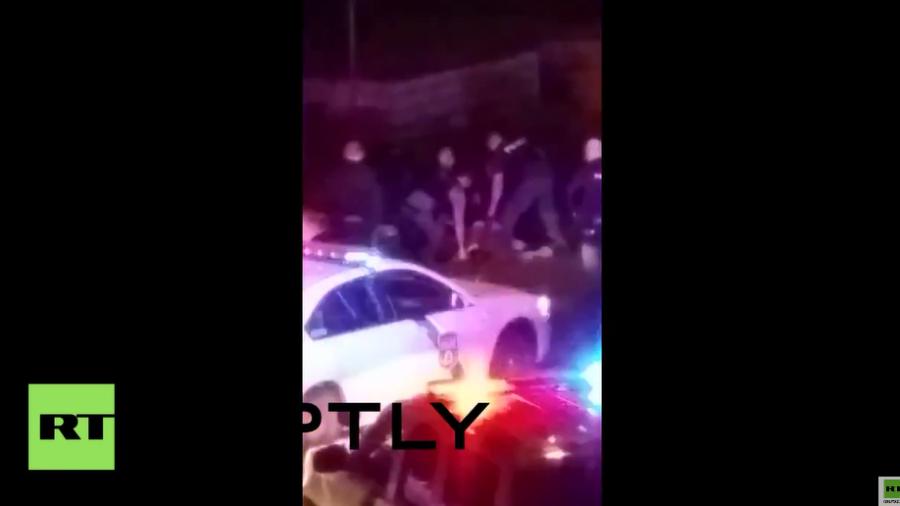 USA: Video zeigt Polizisten, die einen jungen Afroamerikaner brutal zusammenschlagen