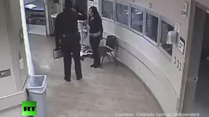 USA: Trotz Handschellen - Polizist schleudert Jugendliche zu Boden und schlägt ihr damit Zähne aus