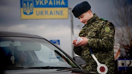 Kalaschnikow versus Kamera - Ukrainischer Grenzposten schießt auf russische Urlauber
