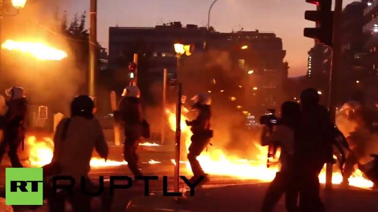 Ausschreitungen in Athen - Polizisten unter Feuer