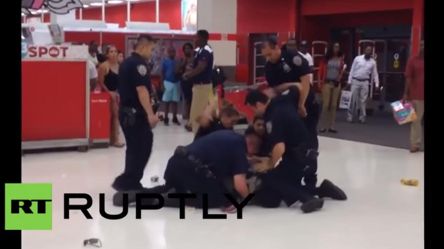 New York: Offiziere verhaften brutal einen Afroamerikaner – Passanten versuchen einzuschreiten