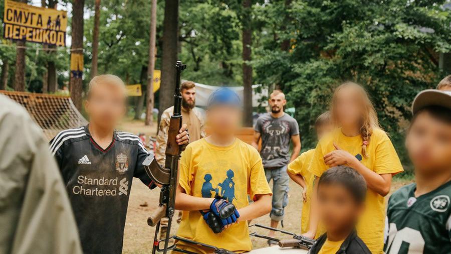 Sommerferien mal anders: Rechtsradikales Asow-Bataillon lädt zum Kinder-Camp, Ausbildung am AK-47 inklusive