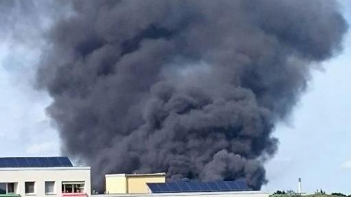 Berlin: Erneuter Anschlag? Großbrand auf Gelände von Flüchtlingsunterkunft - RT Deutsch Exklusiv-Aufnahmen