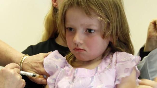 Verbindung zwischen Baby-Impfprogrammen und Autismus? – Wissenschaftliche Studien bezeugen Korrelation