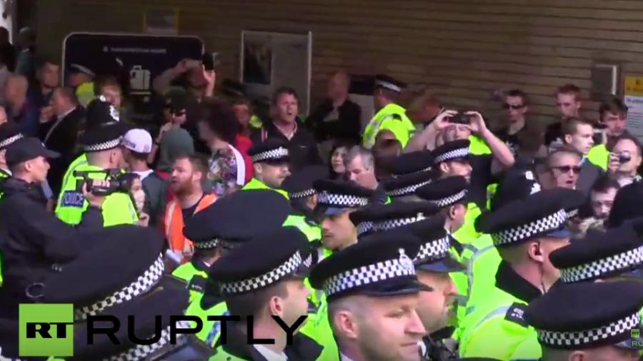 """Live: """"Weiße Männer"""" marschieren durch Liverpool - Antifa will stören"""