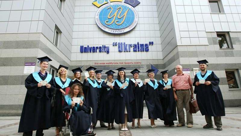 Bildungsexodus - Zehntausende Studenten verlassen Ukraine aus Angst vor Wehrdienst und Wirtschaftschaos