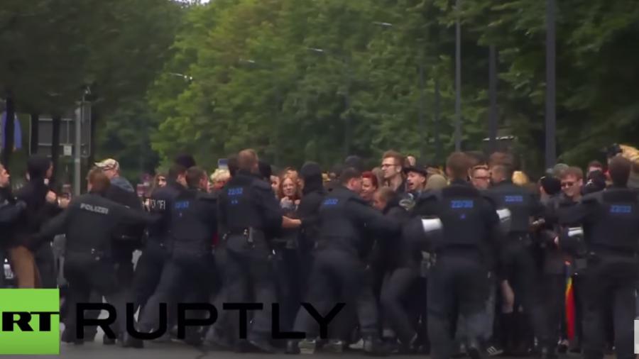 Dresden: Rangeleien zwischen AFD- und Antifa-Anhängern bei Protest gegen aktuelle Asylpolitik