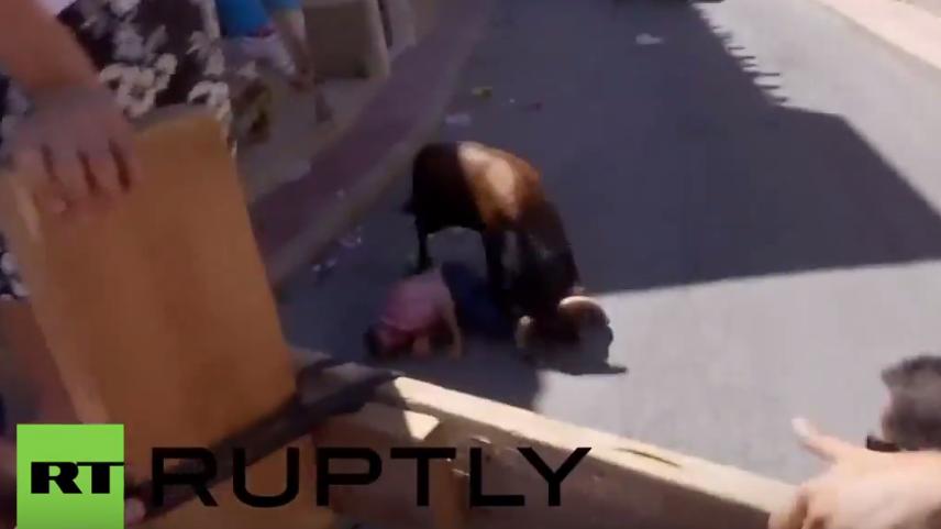 Spanien: Zwei Männer entkommen nicht den Hörnern der aufgebrachten Tiere bei Stierlauf