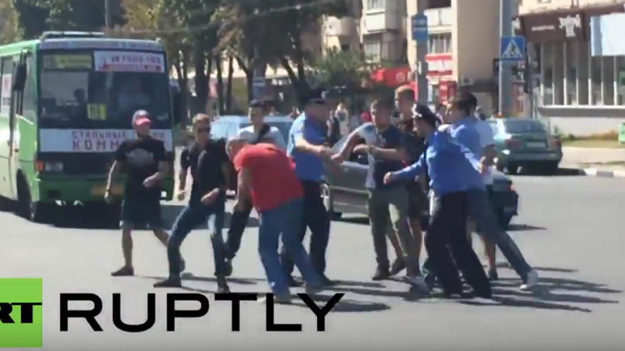 """Charkiw: Für T-Shirt-Aufschrift """"UdSSR"""" gejagt und geschlagen, trotz Anwesenheit der Polizei"""