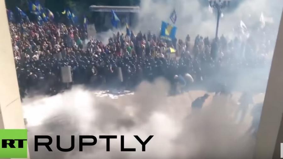 Kiew: Moment der Granatenexplosion, die zu mindestens einem Toten und zig Verletzten führte
