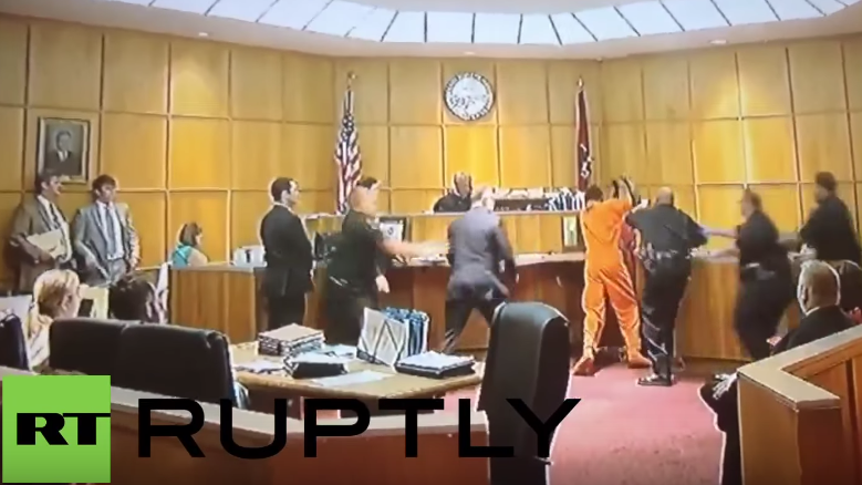 USA: In Gerichtssaal bricht Schlägerei zwischen Mörder und Lebensgefährte des Opfers aus