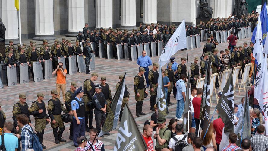 Nationalistische Demonstranten versuchen Kiewer Parlament zu stürmen – Einsatz von Granaten und Rauchbomben