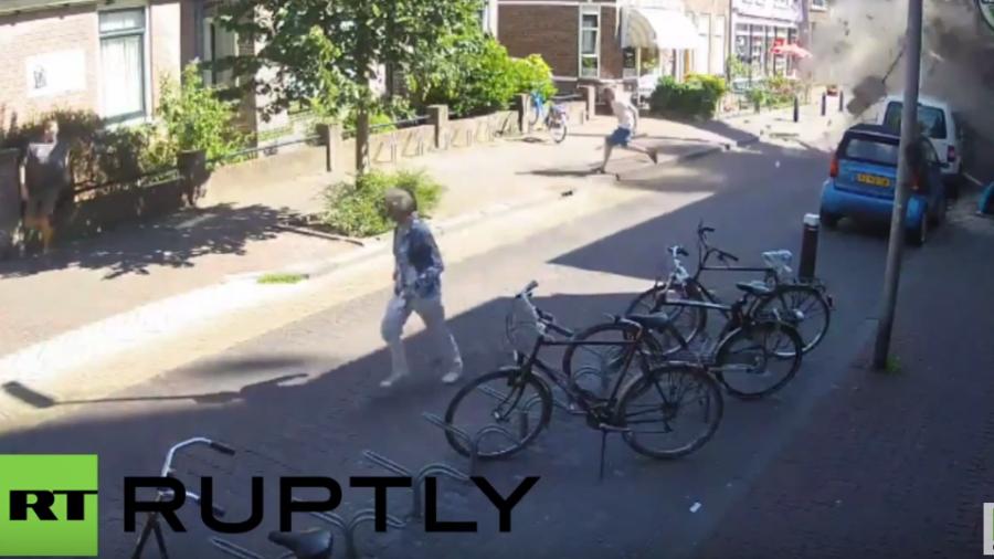 Holland: Video zeigt Moment als Kran mitten in ein Wohngebiet kracht