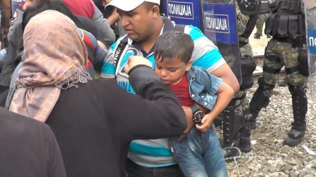 Ausnahmezustand auf dem Balkan – Mazedonische Polizei  und Armee gehen gegen tausende Flüchtlinge mit Tränengas vor