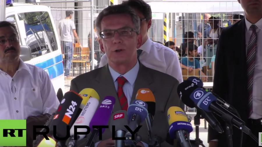 """De Maiziere besucht Flüchtlinge: Wir brauchen mehr Personal für """"drastischen Anstieg der Asylanträge"""""""