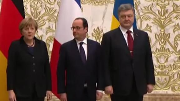 Live: Merkel, Hollande und Poroschenko geben gemeinsame Pressekonferenz in Berlin