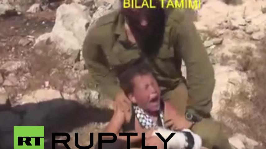 Frauen überwältigen israelischen Soldaten, der versucht verletzten Jungen festzuhalten