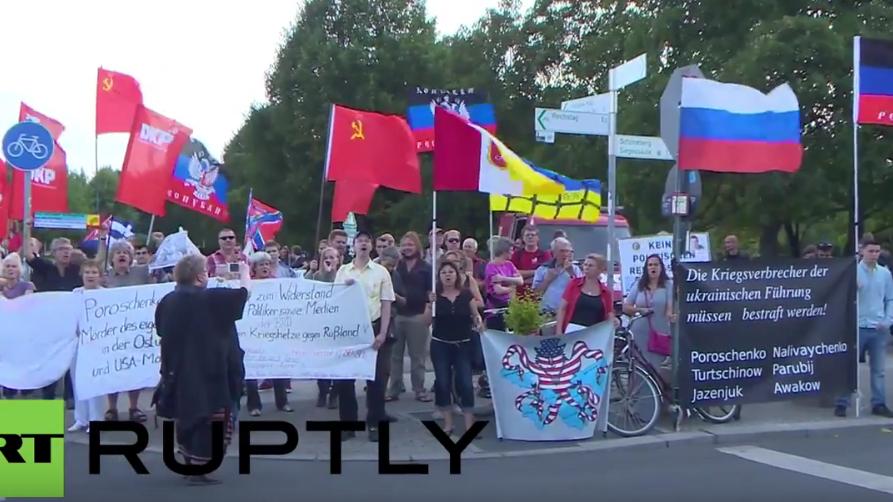 Berlin: Anti-Kriegs-Protest vorm Bundeskanzleramt wegen Poroschenko-Besuch