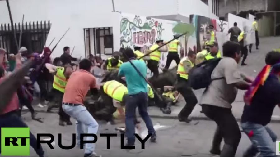 Ecuador: Mit Speeren und Lanzen bewaffnet – Polizei muss vor indigenen Demonstranten fliehen