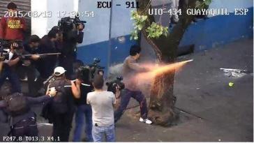 Gewaltsame Proteste: ein Demonstrant feuert einen Feuerwerkskörper auf Polizisten ab - QUELLE: ANDES.INFO.EC