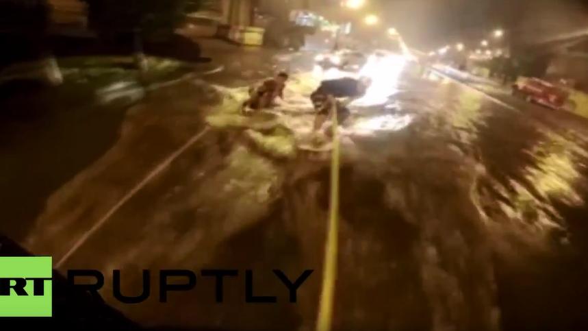Hochwasser in Wladiwostok - Ein paar Russen machen das Beste draus: Wakeboard fahren