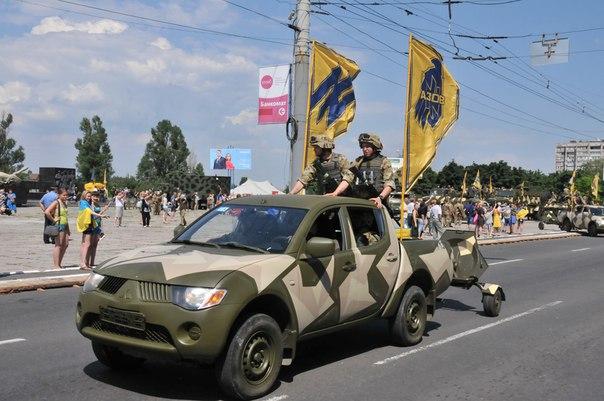 """Vorbild Islamischer Staat? Asow-Bataillon präsentiert stolz neue militärische Pickup-Flotte für """"Kampf im Osten"""""""