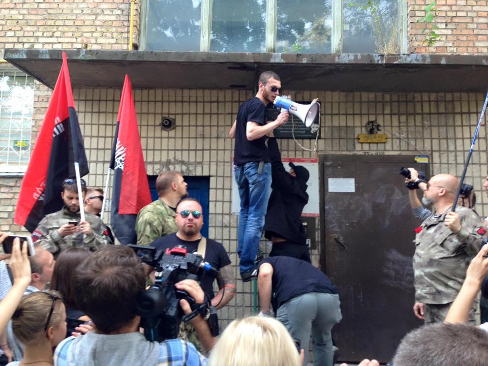 Rechter Sektor beim Anbringen der Gedenkplakette für die Mörder Businas - Quelle: http://antifashist.com/