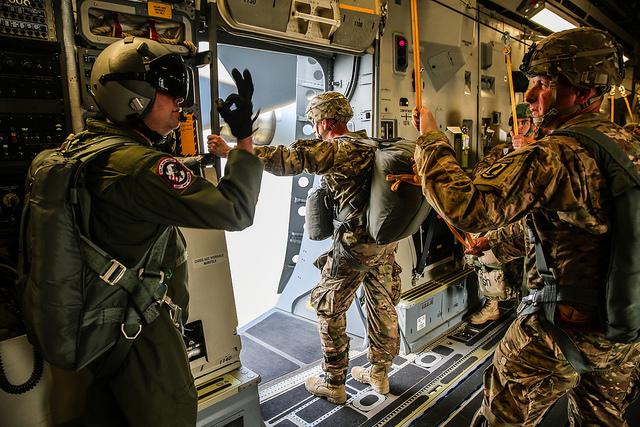 """Absprungübung im Rahmen des NATO-Manövers """"Allied Spirit"""" in Bayern - Quelle: JMRC Public Affairs Office"""