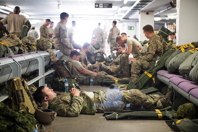 Ruhe vor dem Sprung - US-amerikanische und kanadische Fallschirmspringer bei ihrer Haupttätigkeit - Quelle: JMRC Public Affairs Office