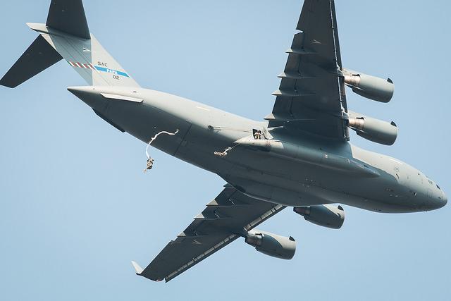 US-amerikanische und kanadische Fallschirmspringer im Einsatz über Hohenfels - Quelle: JMRC Public Affairs Office