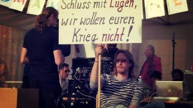 Lars Mährholz auf der Berliner Mahnwache für den Frieden